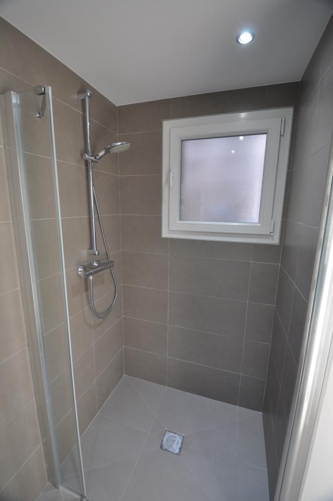 La spacieuse douche italienne