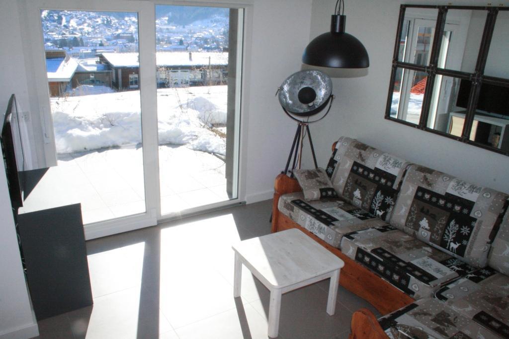 Coin salon avec la baie vitrée