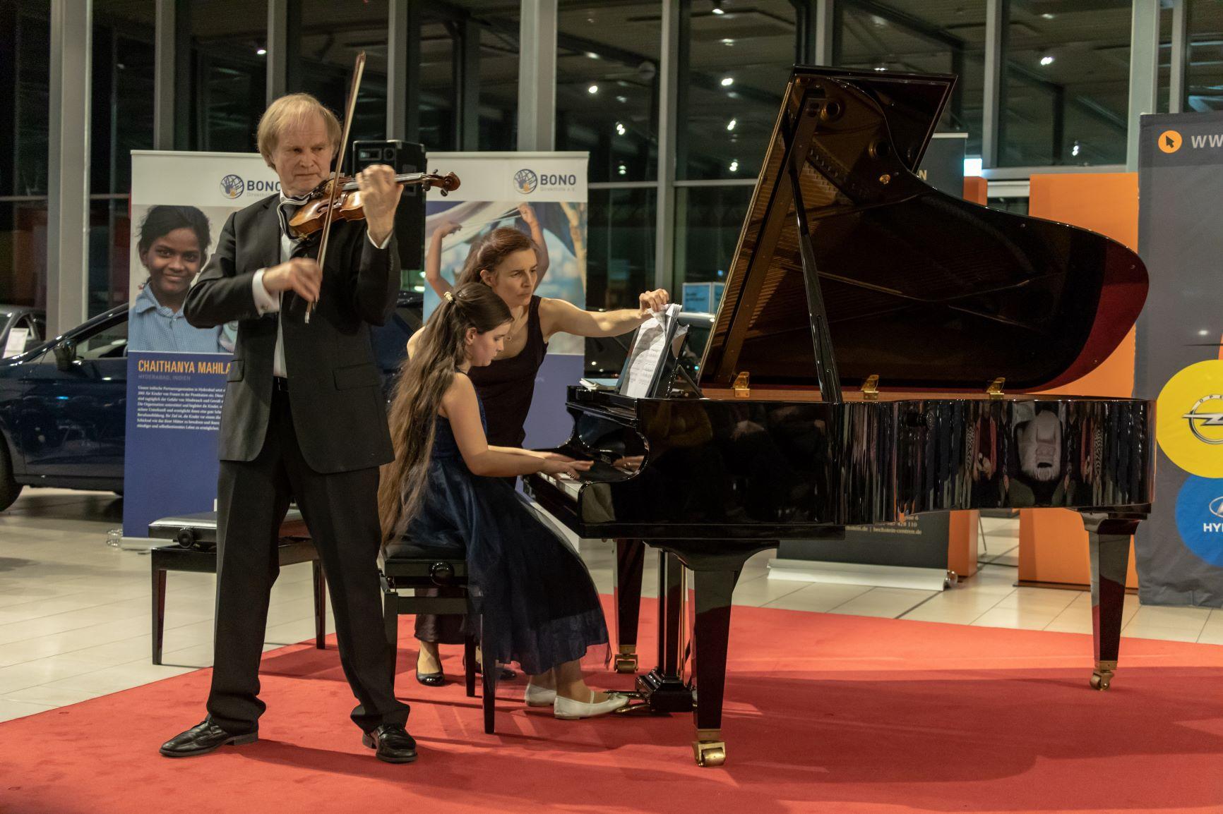 Sibylle und Emma Saskia Bähler, Klavier, und Alexandre Dubach, Geige