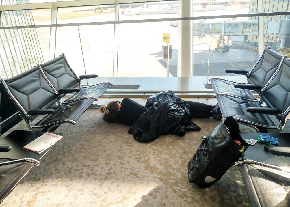 Sommeil réparateur sur le sol doux et moelleux de l'aéroport Azeri