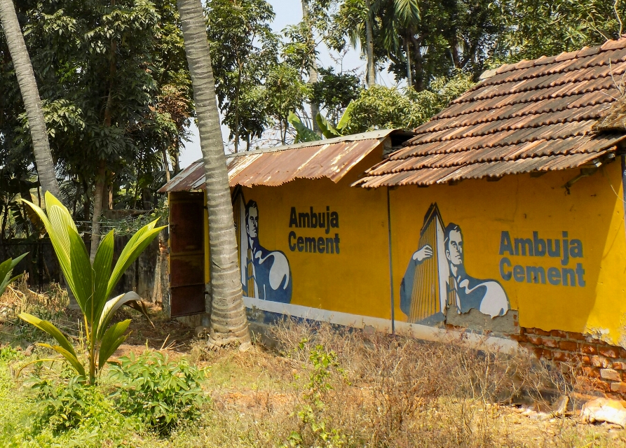 Les gens vendent souvent les façades de leur maison pour quelques roupies contre des peintures publicitaires, mais toujours très colorées !