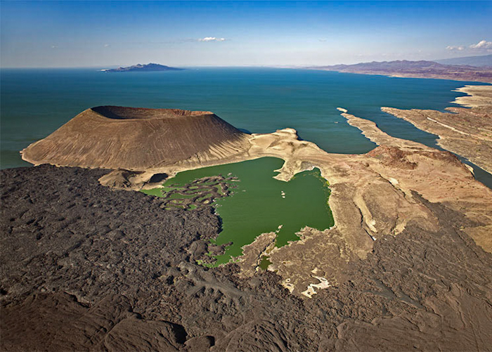 Lac Turkana vu du ciel (yavait pas de tour d'helico donc je vous mets une photo google images !)