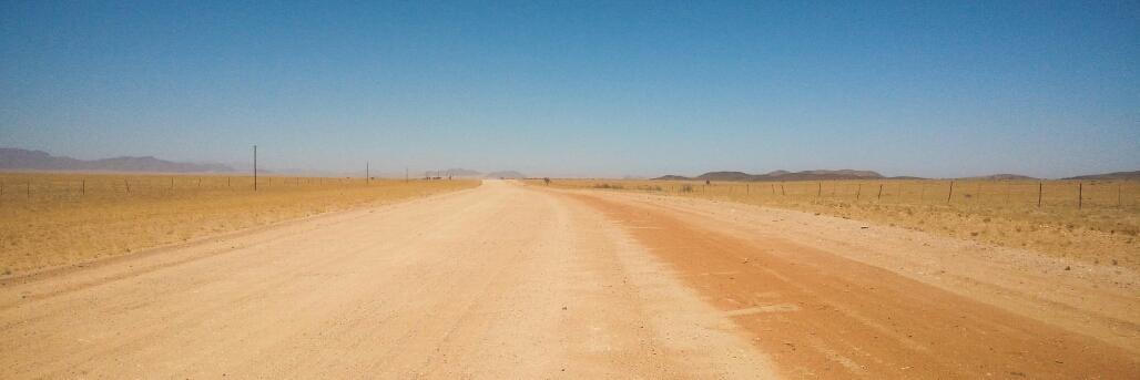 Si vous regardez de part et d'autre de la route, on voit les clôtures.. En plein milieu du désert.