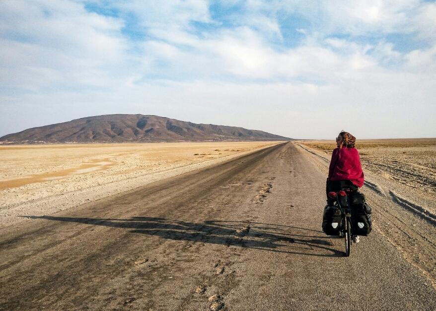 Une montagne toute noire au milieu du désert doré