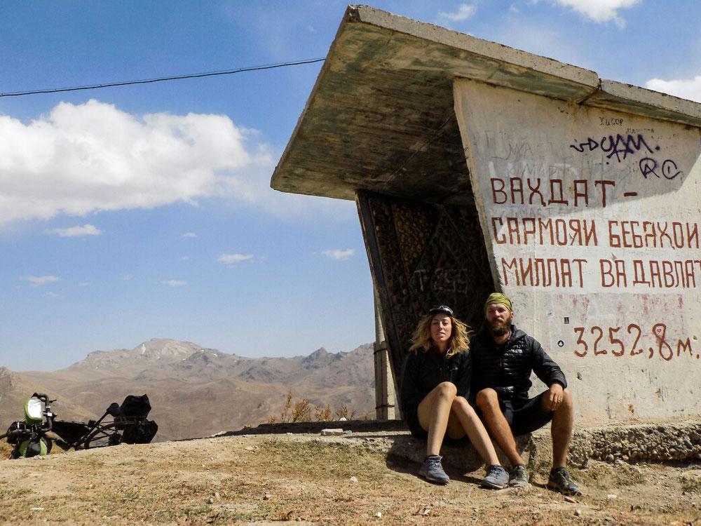 Arrivés au sommet. On a quand même pris une photo souvenir pour le dernier col du Pamir, mais on n'était vraiment pas au top !