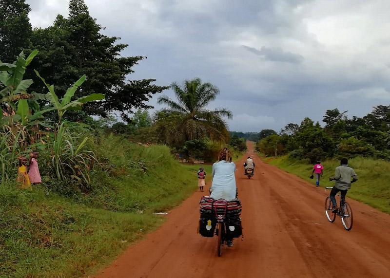 Sur les pistes, il y a des gens qui marchent, qui font de la moto ou du vélo.. Et de temps en temps des taxis brousse qui soulèvent des nuages de poussière ! (vous avez repéré à gauche les petites filles qui font coucou ? :)