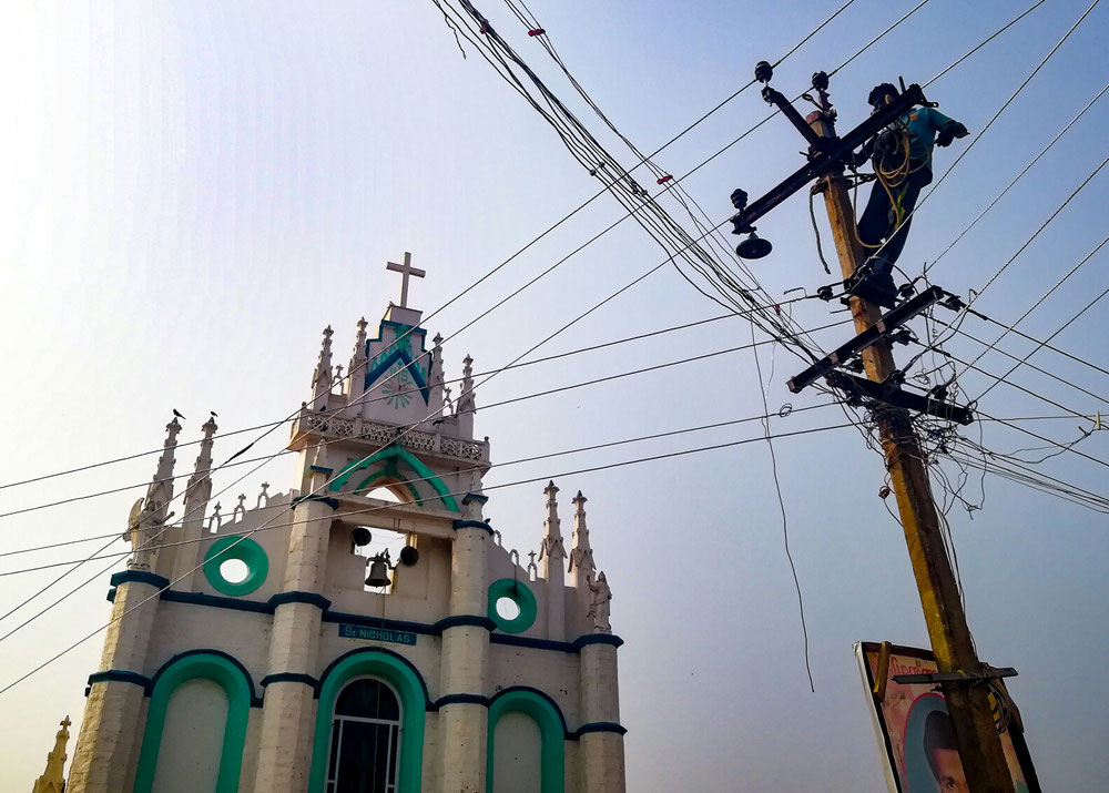 Une église et... un mec qui répare un bordel de fils électriques (on espère qu'il croit en Dieu !)