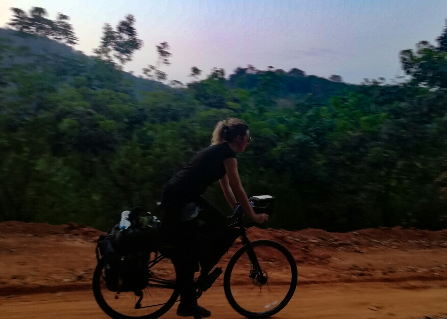 Gros stress quand la nuit tombe, que t'es perdu dans la jungle et qu'en plus c'est de la piste...