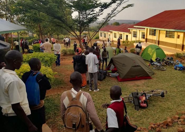 Etape 2 : on installe trois tentes dans la cour de l'école (ce qui fait revenir la plupart des écoliers)