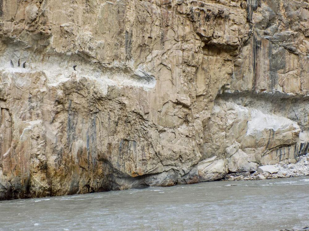 Côté afghan, on construisait aussi la route dans la falaise, au burin et à la dynamite. Combien de temps faudra-t-il pour achever un travail de cette envergure ??