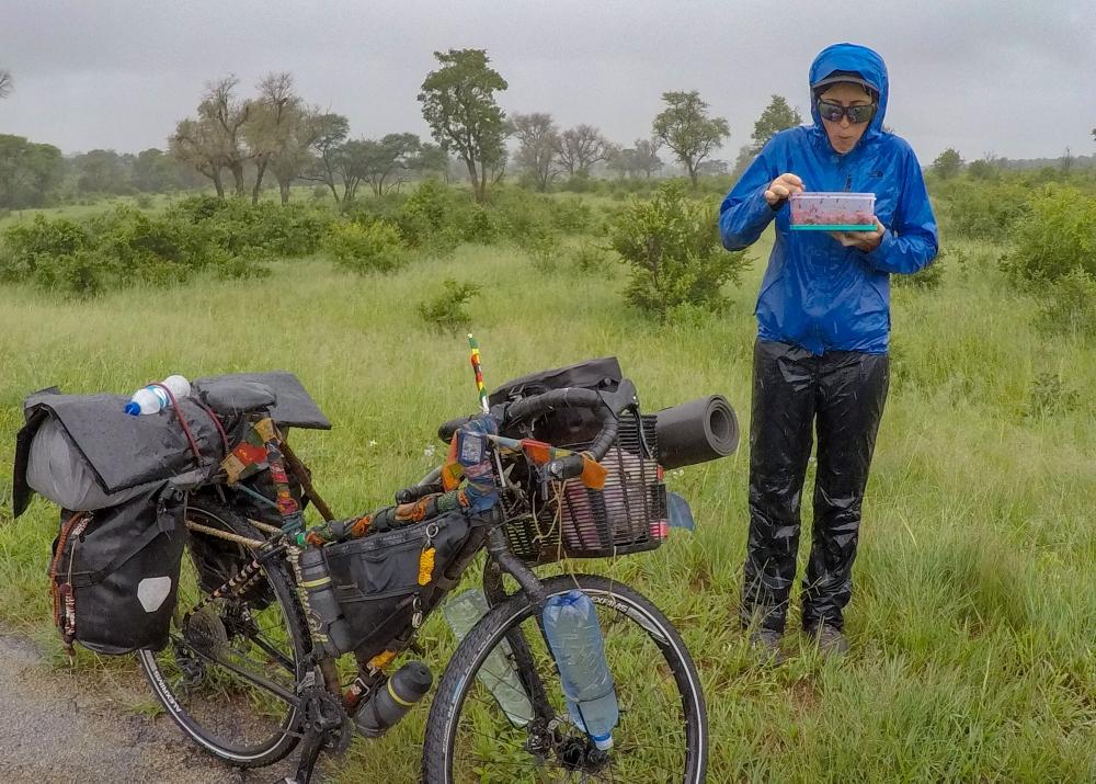 Photo très peu flatteuse.. mais qui donne un parfait aperçu de nos journées. On trouve un coin à peu près découvert pour voir les éléphants arriver de loin pendant notre pause dej. Il se met à pleuvoir. On finit le repas sous la pluie...
