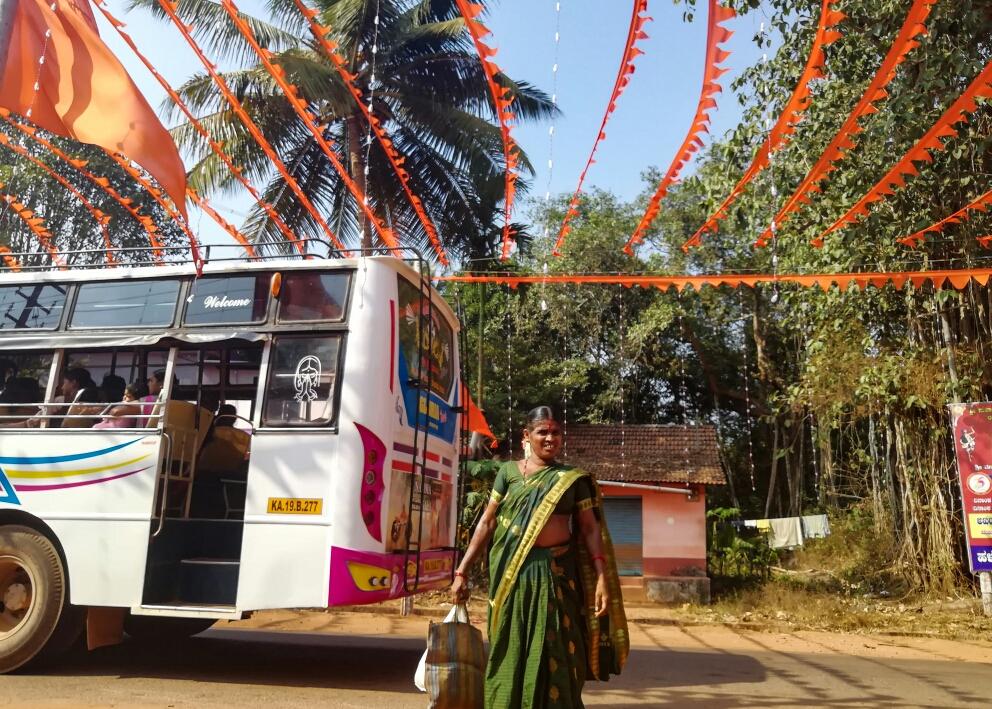 La beauté des petites routes indiennes ne cesse de nous étonner, toujours des guirlandes, des fanions, des drapeaux...