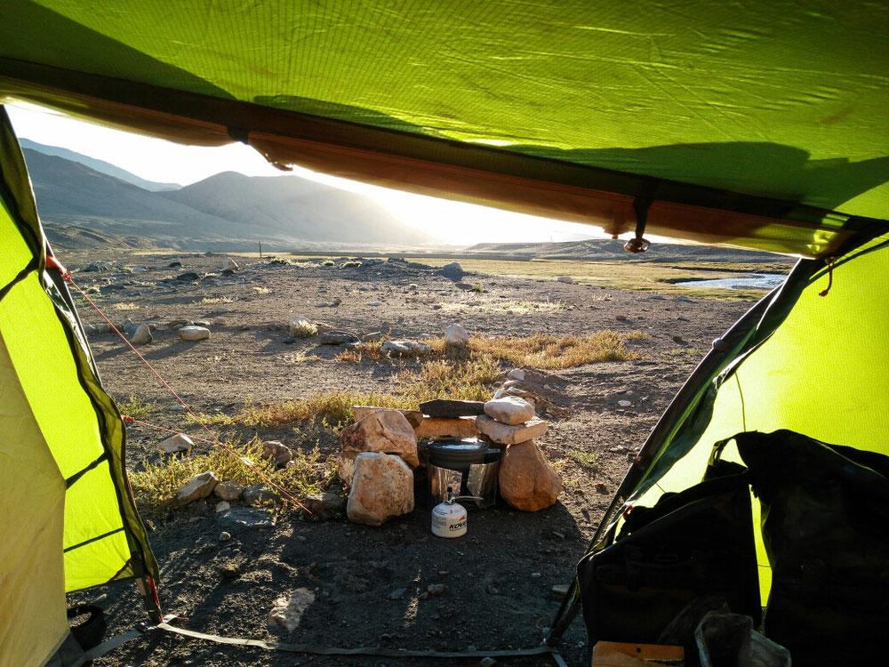Campement 3 étoiles (on n'a pas dormi dans l'herbe en contrebas, remonter son vélo chargé le matin, à cette altitude, ça calme !)