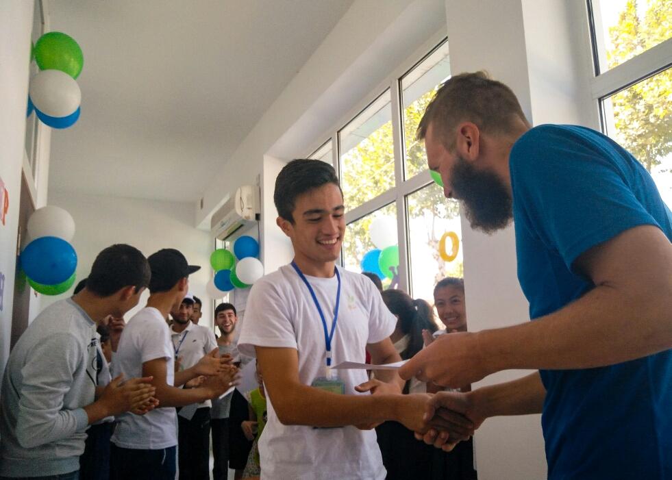 Les étudiants ont eu l'honneur de serrer la main du famous Olivier!