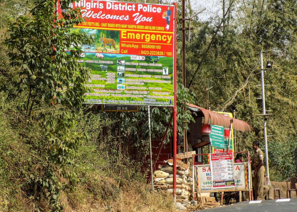 Les cahuttes de police à l'entrée des réserves. En cas de besoin, on a même leur WhatsApp !