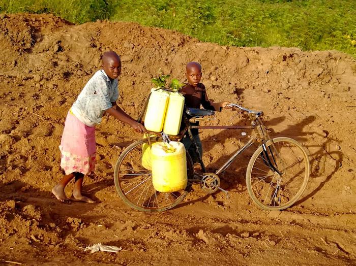 Ce sont des bidons remplis d'eau, on vous laisse imaginer le poids du vélo.. (et quand on disait que beaucoup de vélos n'ont pas de pédales, regardez celui-ci, seulement des tiges.)