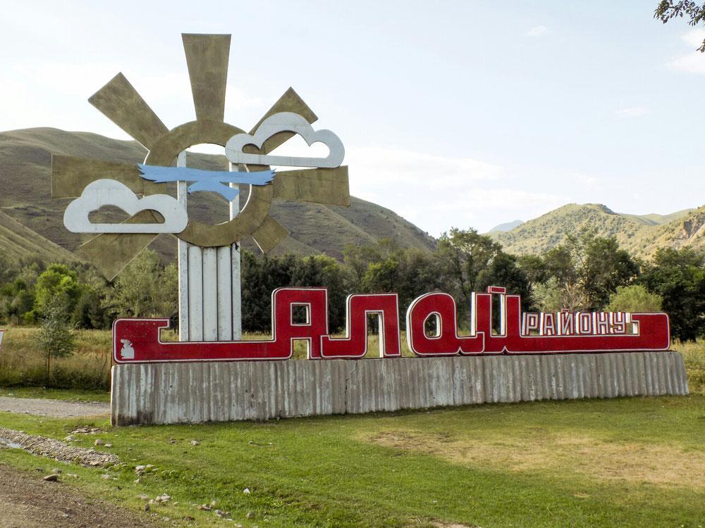 Les panneaux d'entrée de ville de style soviétique