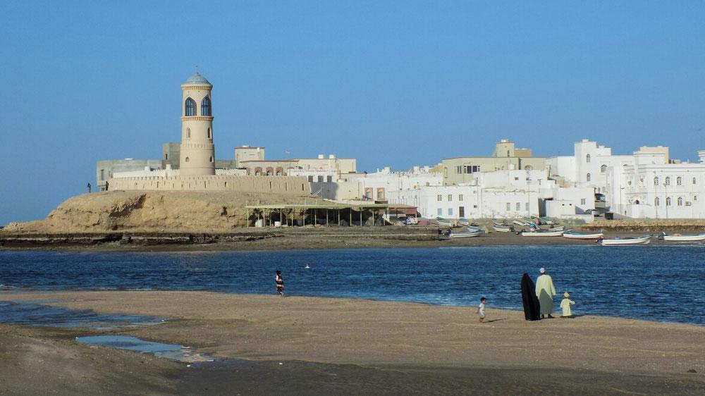 Sur est une jolie ville toute blanche, comme beaucoup de villes en Oman.