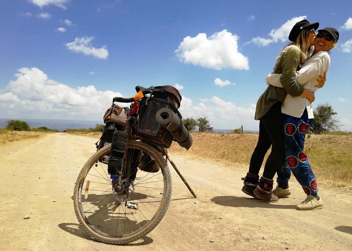 Le bonheur d'avoir sa maman à vélo et au fin fond de la brousse !