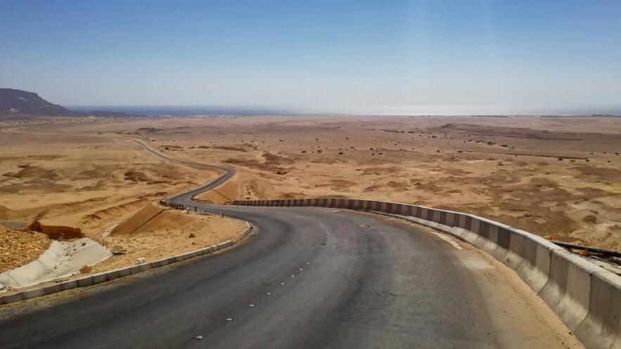 """La route qui descend vers le """"nouveau monde"""" (aussi désertique que l'ancien !)"""