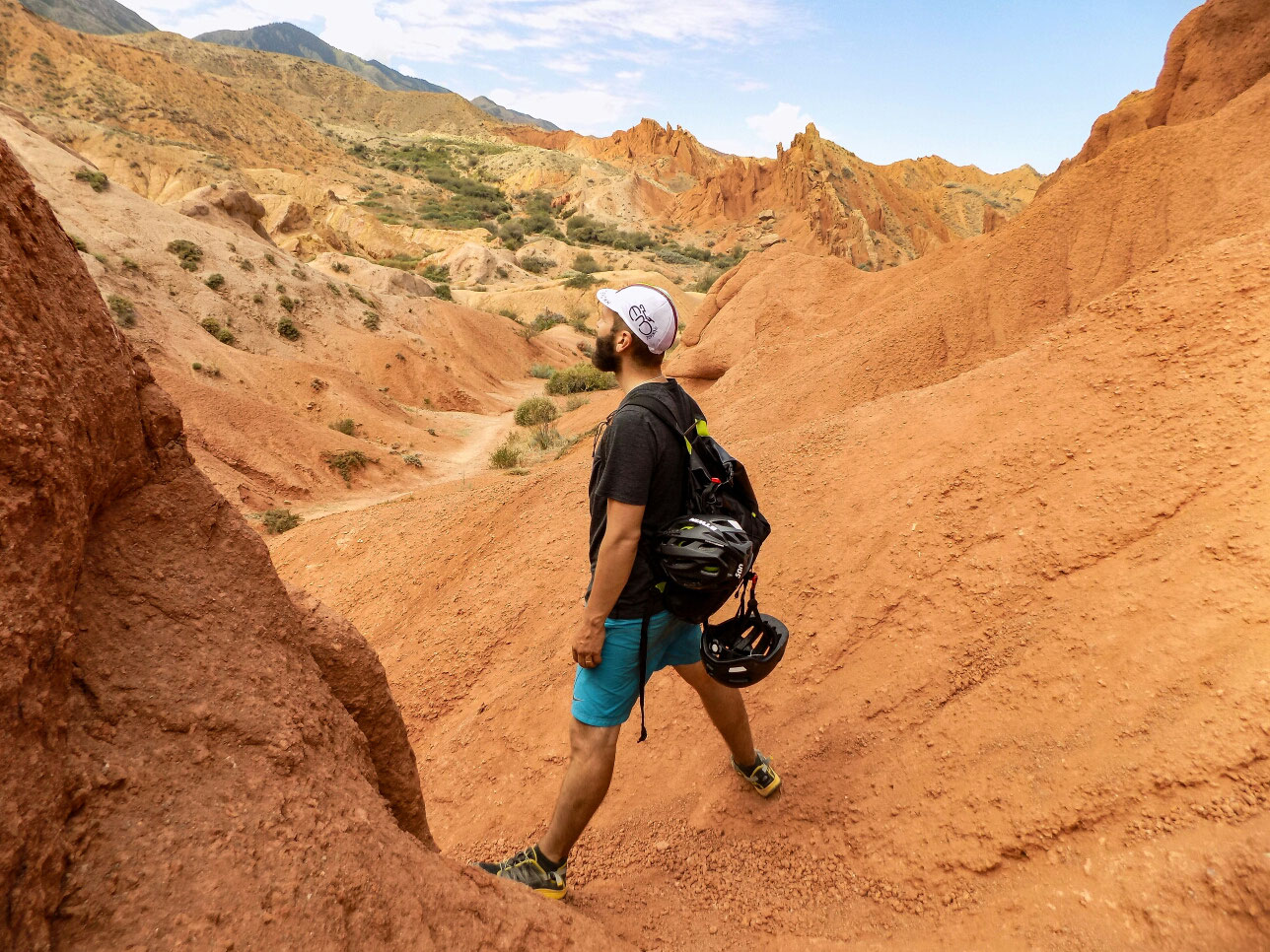 Nous faisons un détour vers un superbe canyon ocre, digne d'un paysage des États-Unis ! Skazka canyon