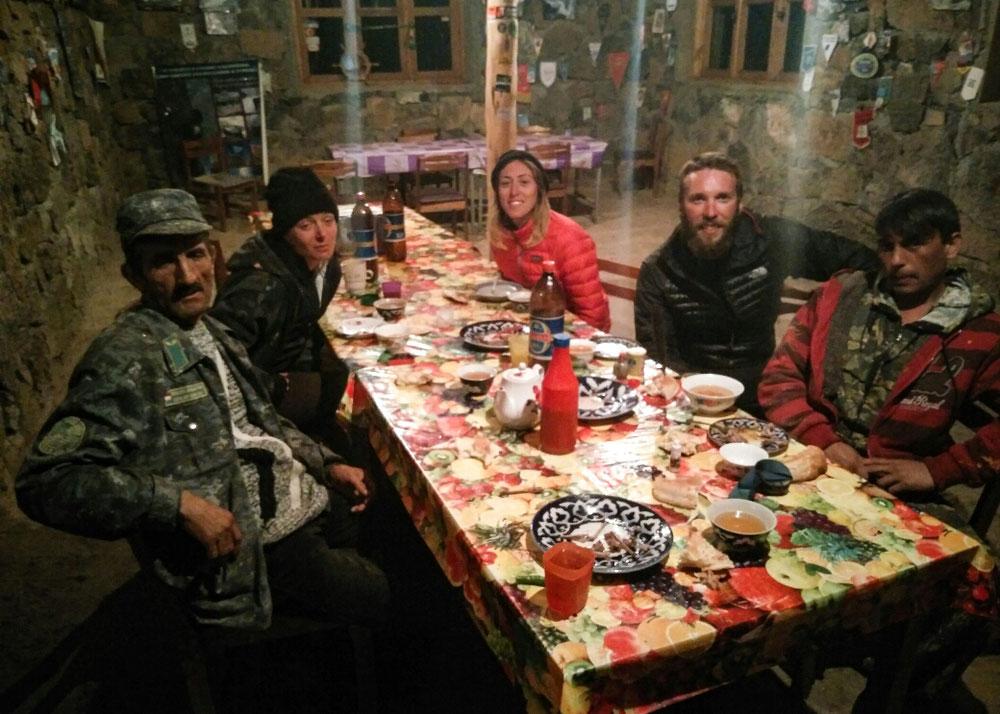 Repas de champions et bières tadjikes avec le garde chasse