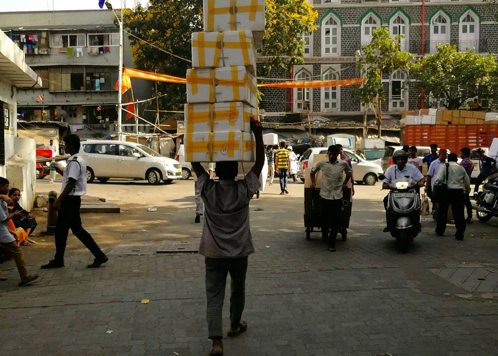 On n'a jamais vu une ville ressembler plus à une fourmilière que Mumbai ! De l'agitation partout !! Tout le monde porte un truc, décharge un truc, vend un truc...