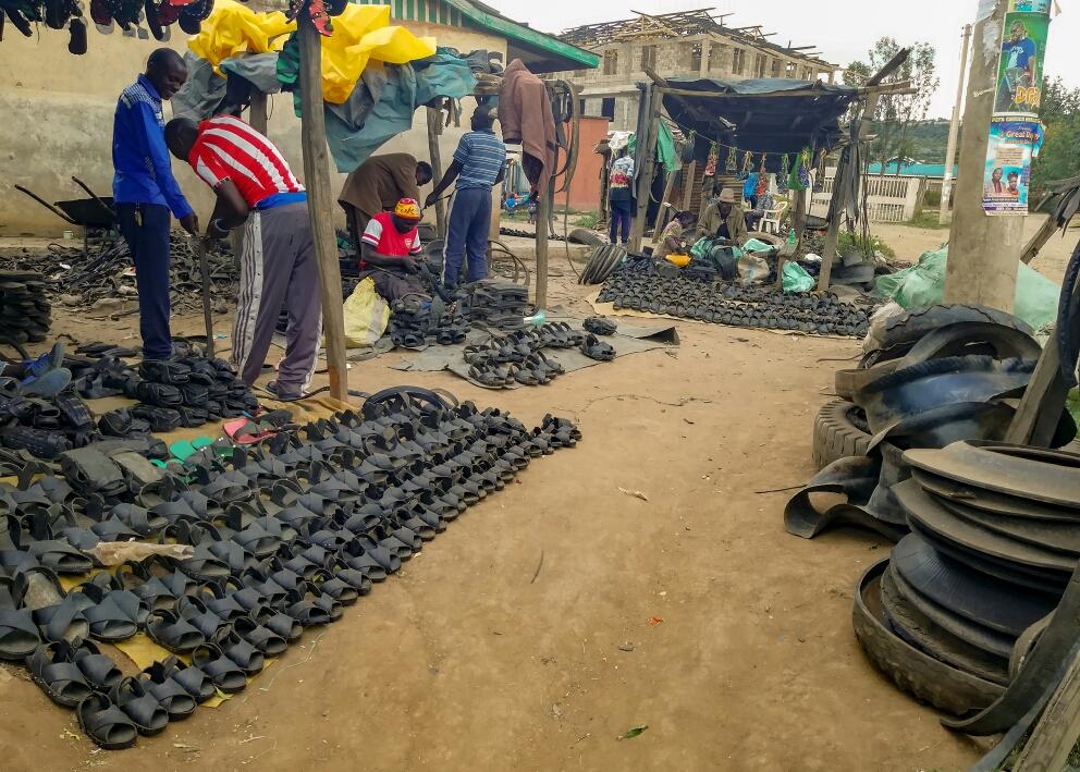 Un autre exemple de recyclage : les chaussures en pneu. Increvables !