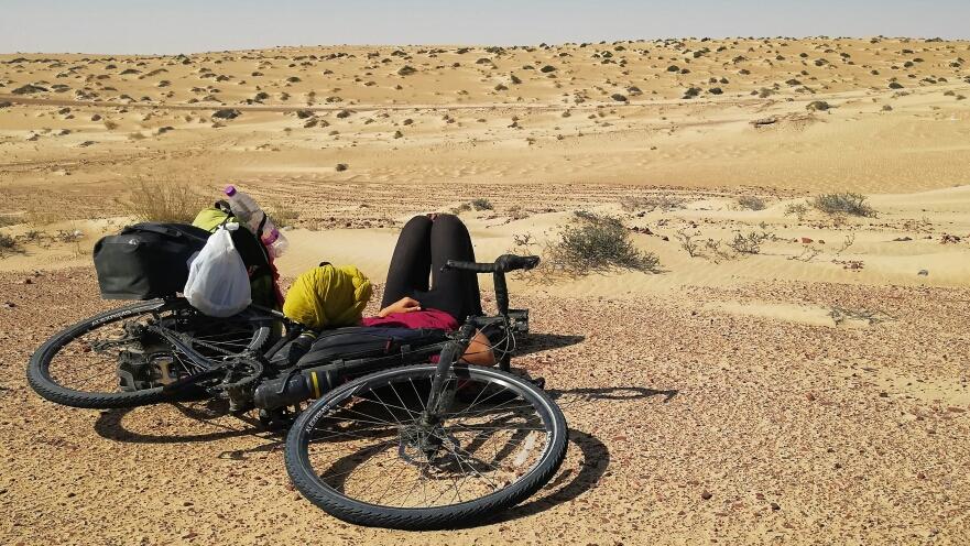 Quand ton vélo devient le seul endroit où tu peux t'abriter du sable et du vent !