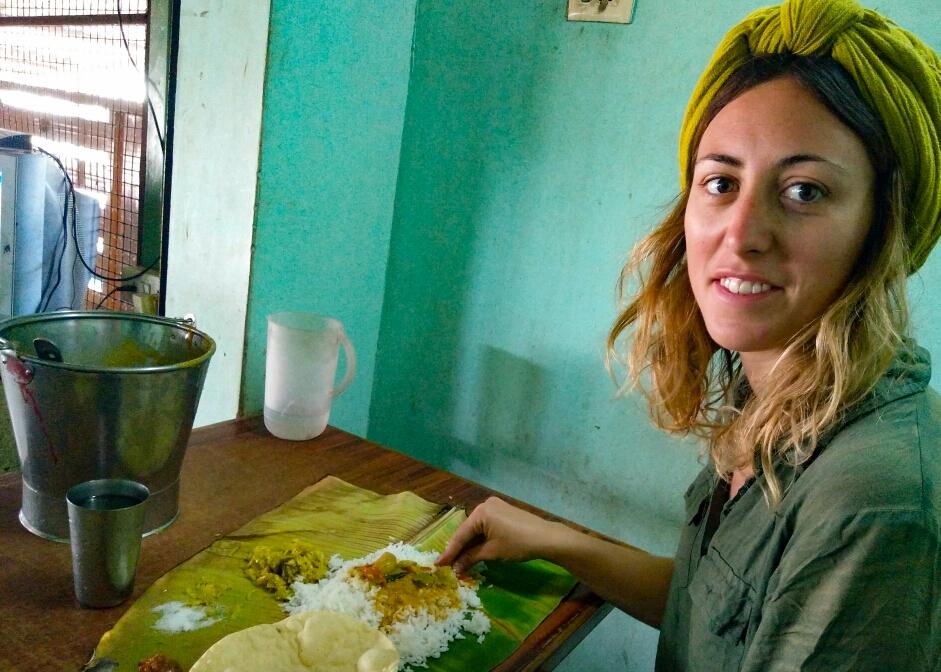 On mange encore sur des feuilles de bananier, mais de moins en moins souvent, retour des plateaux repas en inox !