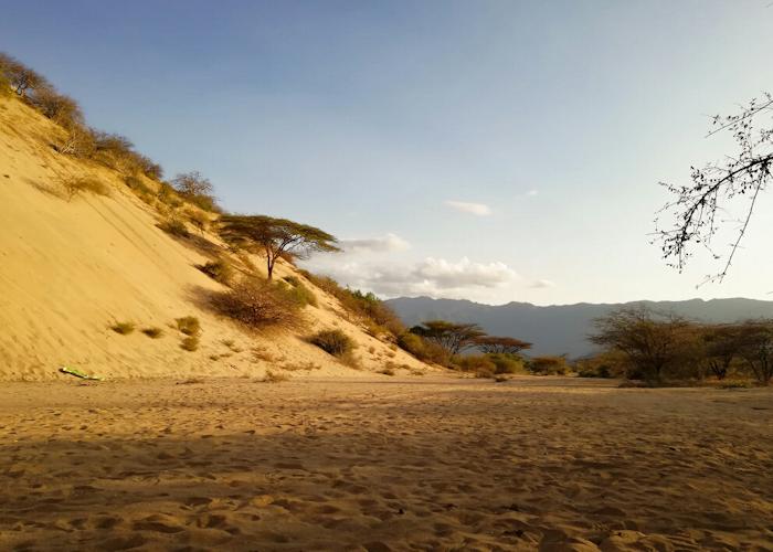 Une petite partie de la dune, au coucher du soleil. Je vous fais grâce des centaines de photos floues des descentes en luge ! (mais on les voit quand même sur la photo, les deux petits trucs verts à gauche)