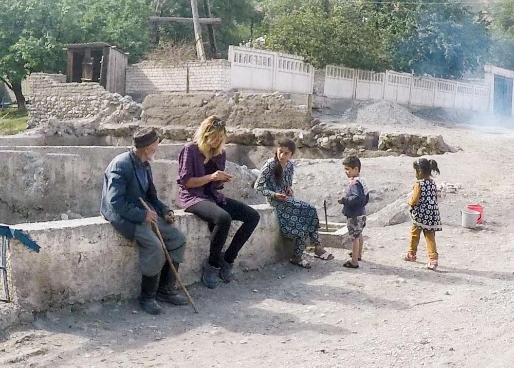 Rencontres tadjikes et impressionnante démonstration d'ouverture de noix !