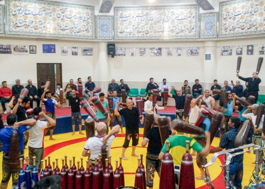 Zurkhaneh, sport traditionnel iranien, qui commence quand même par une chorégraphie avec les bras, tout en tenant ces énormes poids !