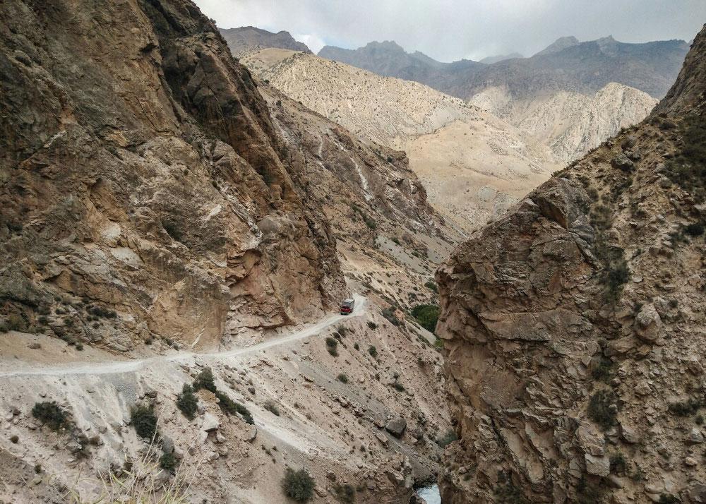 La route qui mène à Alaudin, le camion a l'air minuscule au milieu de ces montagnes géantes !