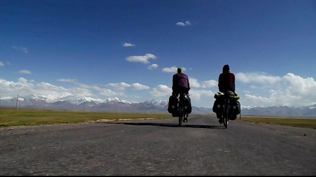 On roule vers le Pamir, via la Pamir Highway, 2e plus haute route du monde. La frontière tadjike est à 4282m.
