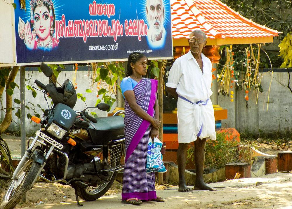 Street style de l'Inde du sud, en sari pour madame, en lunghi chemise pour monsieur.