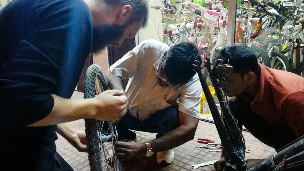 Réparation pour de bon, chez les vendeurs de tricycles