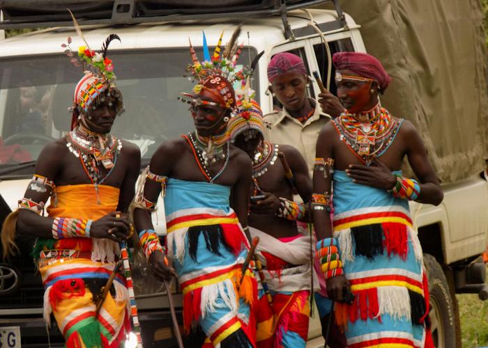 """Jeunes Samburu. On les appelle les """"moran"""", ce qui signifie """"guerriers"""". Ils portent au quotidien ces tenues et ces plumes incroyables pendant toute une période qui correspond à un rite initiatique de passage à l'âge adulte et après lequel ils pourront se marier."""