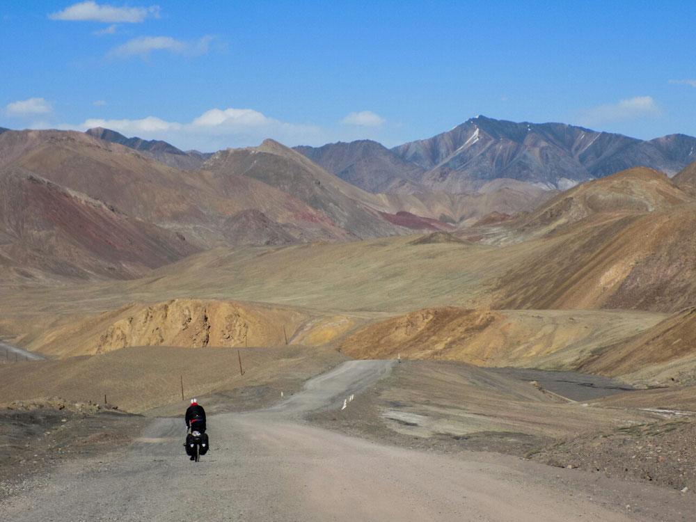 Montagnes multicolores de l'autre côté du col