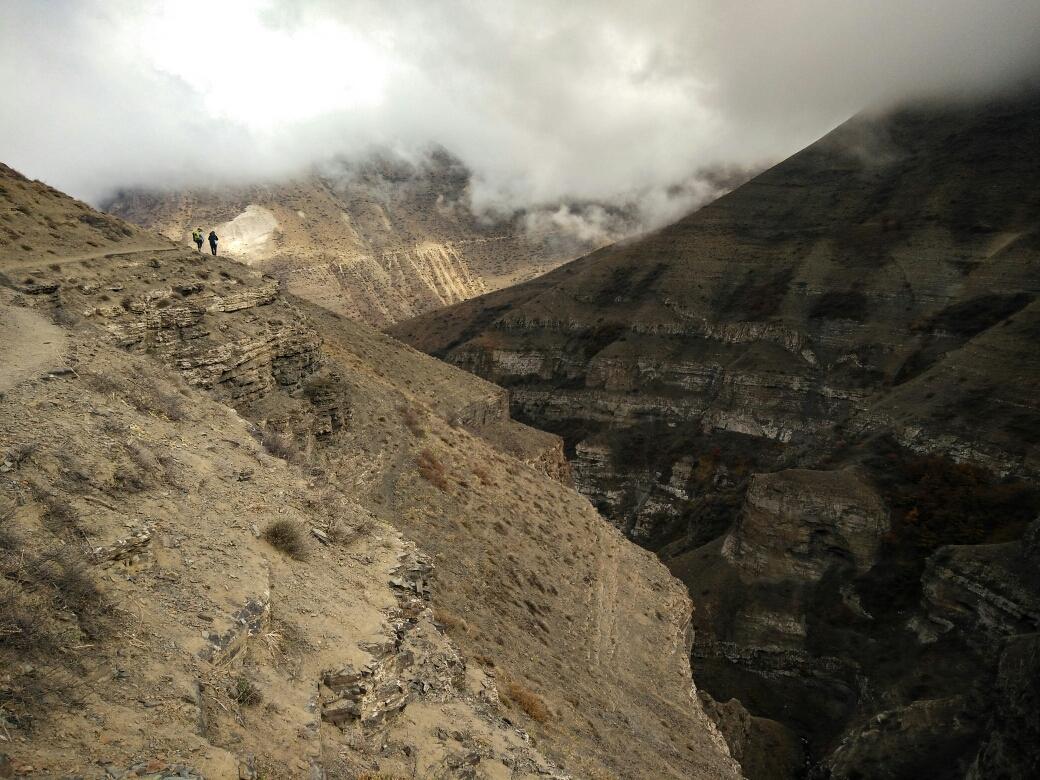 Chemin impressionnant entre les montagnes, à côté d'un grand vide...