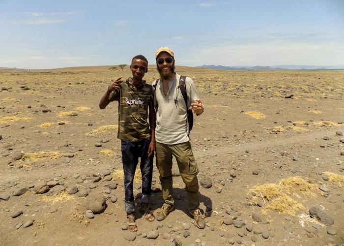 Avec Joseph, autour du lac Turkana. Au moment de cette photo, la température est tout simplement épouvantable, la chaleur émane même du sol.