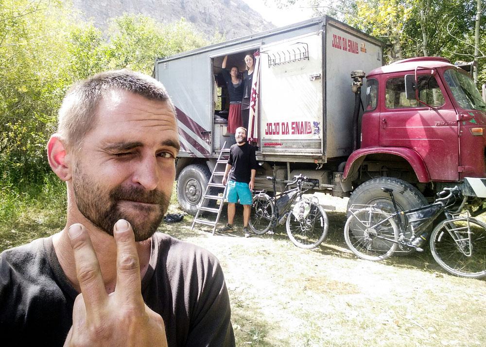 Bivouac de grande ampleur, camion, tente et vélos