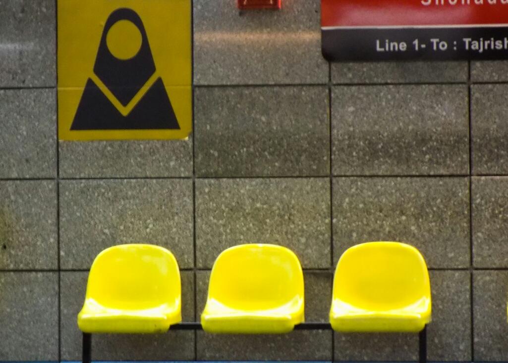 Dans le métro hyper moderne, il y a des rames mixtes et des wagons exclusivement réservés aux femmes. C'est pratique, tout est écrit à la fois en persan et en alphabet latin.