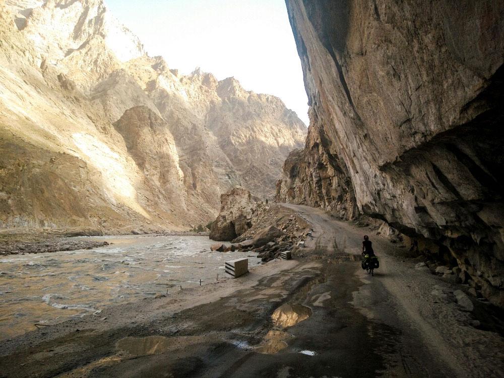 Route creusée dans la falaise entre Khorog et Kalaikhum