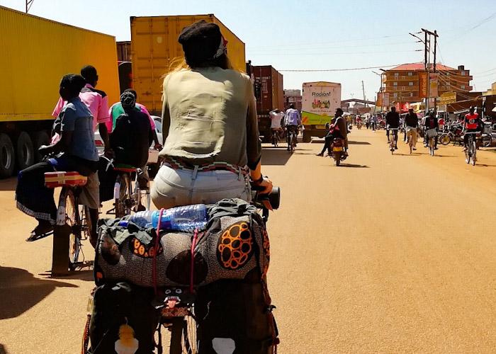 Vélos taxis sur la gauche, les femmes en amazone sur le petit coussin
