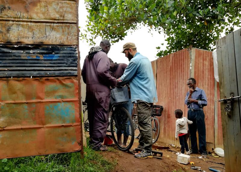 À Entebbe on en a profité pour rajouter une caisse à l'avant des vélos. Finalement on a seulement trouvé un petit panier classique (mais ça suffira pour le moment pour porter la bouffe)