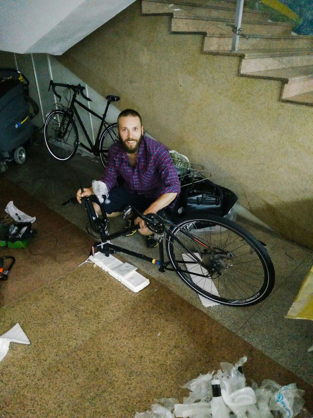 Atelier remontage des vélos, dans un coin de l'aéroport, sous les regards intrigués des femmes de ménage...