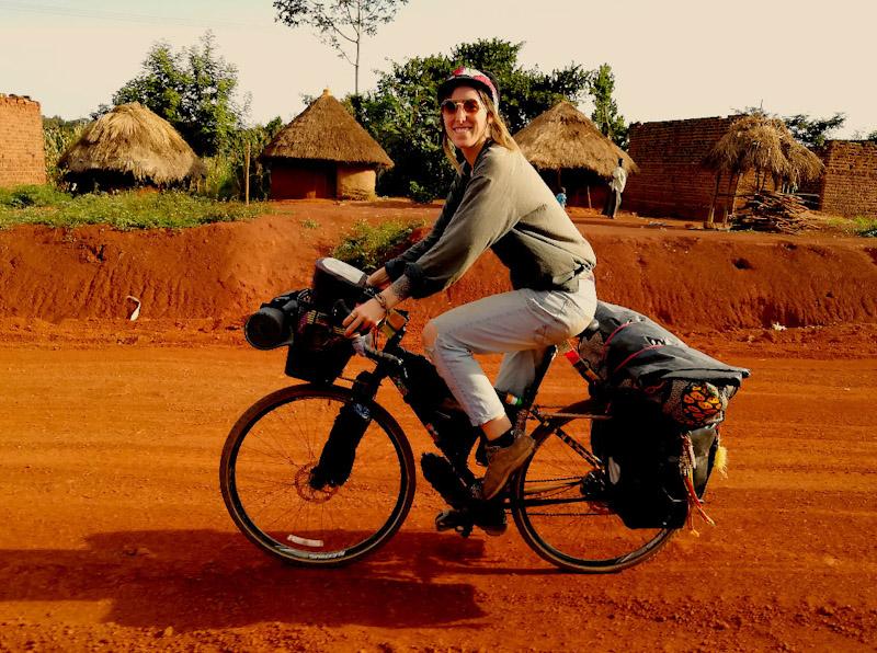 Martine fait du vélo en Ouganda