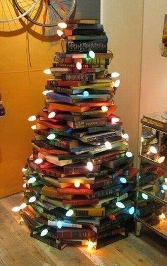 Weihnachtsbaum aus Büchern, gesehen auf twitter.com
