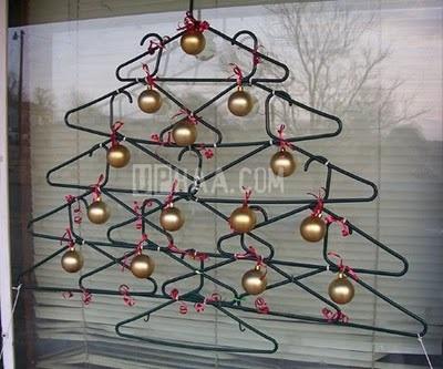 Weihnachtsbaum aus Kleiderbügeln, gesehen auf curiousphotos.blogspot.ca